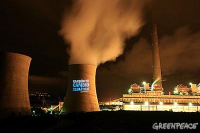 Greenpeace proyecta en la central térmica de carbón de As Pontes las imágenes del cambio climático en España