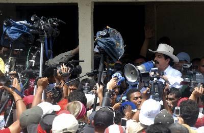 Zelaya continúa en un municipio fronterizo a la espera de su familia y seguidores